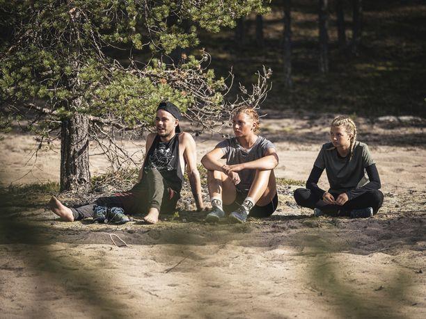Niko Saarinen ja Karoliina Tuominen pelkäävät saavansa lähtöpassit saarelta. Oikealla Joalin Loukamaa. Kuvaaja: Lars Johnson