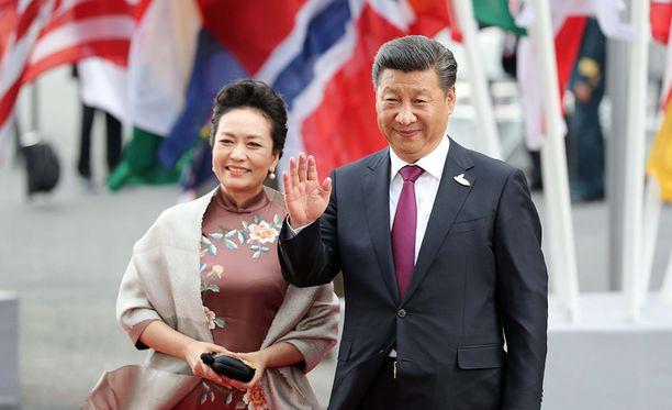 Vuonna 1987 Xi avioitui supersuositun laulajan Peng Liyuanin kanssa. Vaimo oli siihen aikaan huomattavasti miestään tunnetumpi. Avioliitto oli Xin toinen.