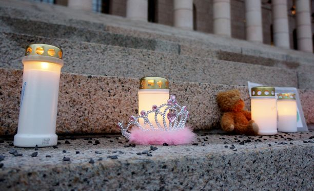 Äitienpäivänä 2012 murhatun Vilja Eerikan muiston kunniaksi järjestettiin mielenilmaus eduskuntatalon portailla keväällä 2013.