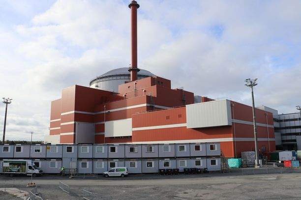Olkiluoto 3 -ydinvoimalassa on turvallisuussyistä kupera katto ja teräsbetonista tehdyt kaksikuoriset ulkoseinät.