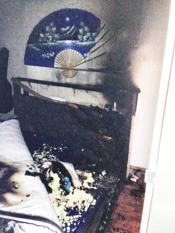 Vanhempien makuuhuone paloi remonttikuntoon ja huoneisto kärsi savuvahinkoja lasten kynttiläleikin vuoksi.