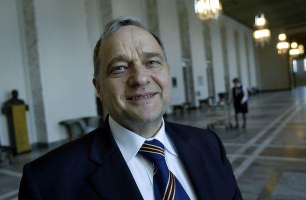 EU-parlamentikko  ja kansanedustaja Kyösti Virrankoski eduskunnan valtiosalissa vuonna 2004.