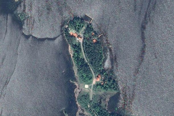 Satelliittikuvassa näkyy niemen kärjessä keskellä oleva Villa Sellgren, sekä sen länsipuolelle rakennettu pitkä lisäsiipi.