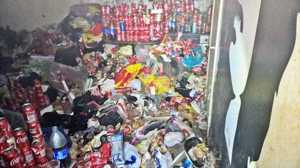 Huoneessa ei pystynyt kävelemään jätemäärän vuoksi. Tölkit olivat täynnä virtsaa.