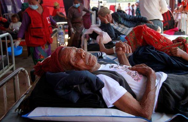 Tamang lennätettiin lauantaina Kathmanduun sairaalaan. Hän oli nukkunut viikon taivasalla.