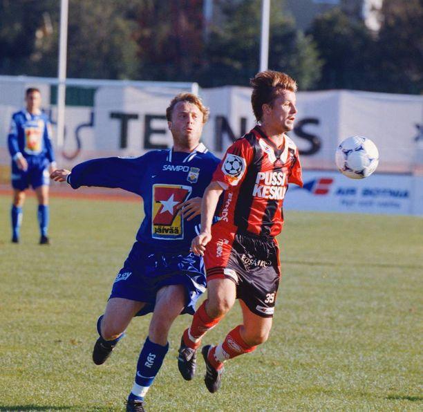 PK-35:n Rami Rantanen (oik.) taisteli pallosta MyPan Sami Mahlion kanssa Pukinmäessä syyskuussa 1998.