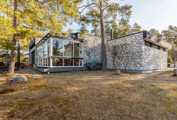 1960-luvun lopulla rakennetun omakotitalon luonnonkiviverhoilu istuu Naantalin Rymättylän merelliseen maisemaan.
