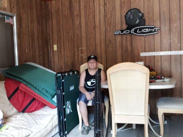 Perheen 9-vuotias poika suojatilan sisätiloissa ennen myrskyä.