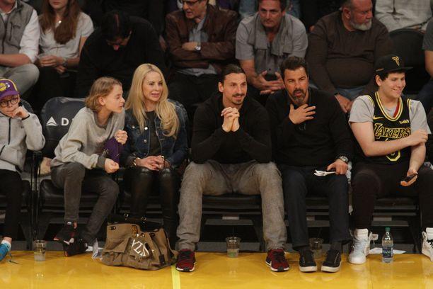 Zlatan on ehtinyt Los Angelesissa myös rentoutua perheensä kanssa NBA-koripallon merkeissä kuten Los Angeles Lakersin ottelussa 6.4.2018.