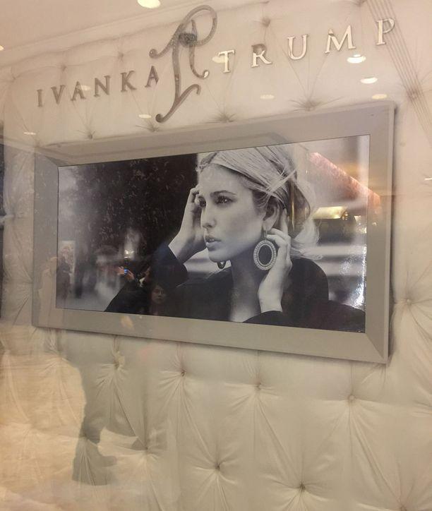 Sisäänkäynnin vasemmalla puolella on heti Trumpin tyttären Ivankan koru- ja muotiliike.