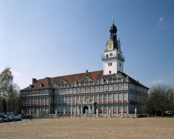 Wolfenbüttelin linna on nerokas esimerkki säästäväisyydesta. Silloinen herttua halusi muodikkaan palatsin, mutta rahaa ei ollut. Niinpä vanhan linnan päälle vain rakennettiin uudet, aikakauden tyylin mukaiset kuoret.