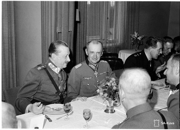 Saksan armeijan jalkaväenkenraali Waldemar Erfurth oli komennettu yhteysupseeriksi Suomen armeijan esikuntaan Mikkelin Päämajaan. Kuvassa Erfurth on Mannerheimin vieraana Hotelli Kalevassa jatkosodan aikana.