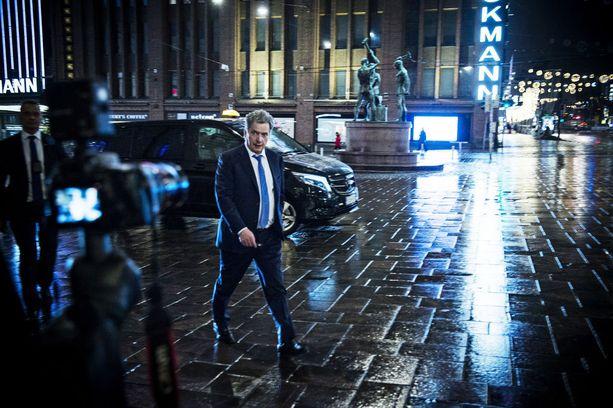 Sauli Niinistö poistui vaalivalvojaisistaan Vanhalta ylioppilastalolta 28. tammikuuta 2018.