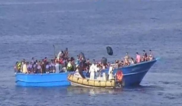 Kuvan turvapaikanhakijoita pelastettiin Lampedusan saarelle elokuussa. Lokakuussa vastaavassa veneessä oli Italiasta karkotettu terroristi.