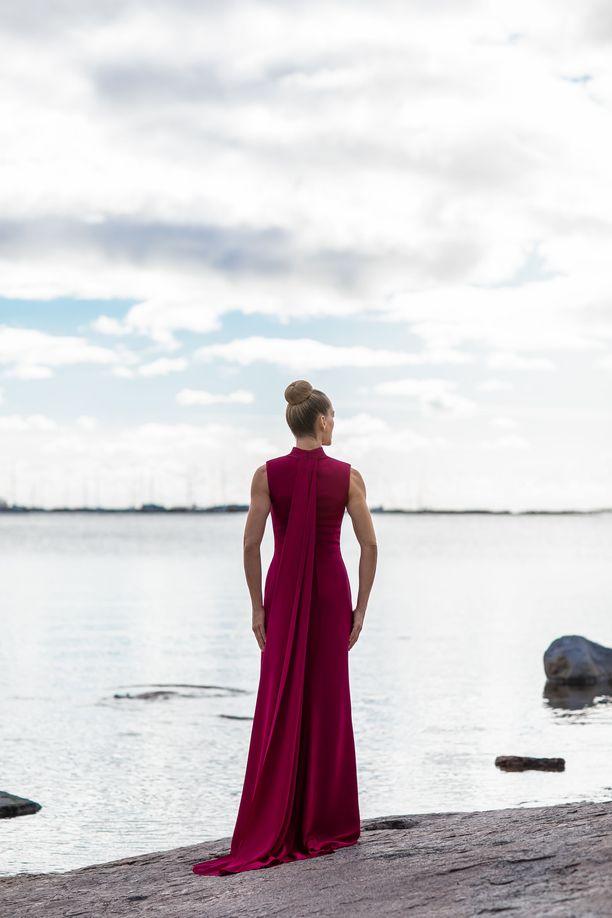 Kampanjakuvissa juhlapuvut esitteli tanssija-koreografi Minna Tervamäki.