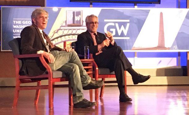David Corn ja Michael Isikoff puhuivat kirjastaan George Washington Universityn tiloissa tiistai-iltana.