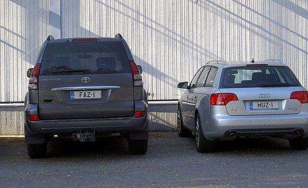 Kuva alueellamme muutama vuosi sitten toimineen yrittäjäpariskunnan autojen rekisterikilvistä, kertoo kuvan ottanut Paula Belitz.