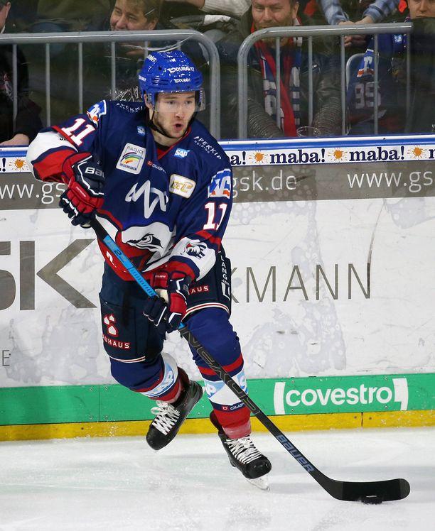 Janik Möserillä todettiin lokakuussa koronavirustartunta. Kuva Adler Mannheimin paidasta kaudelta 2019–2020.
