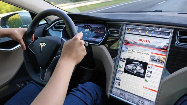 Isoon 17-tuumaiseen näyttöön on sijoitettu auton toimintopainikkeet. Näytön kautta hallitaan myös nettiä, audiota, takakameraa, karttoja, puhelinta. Energiavirtojen kulkuakin voi seurata myös sieltä kuin myös mittariston näytöstä.