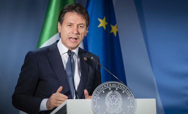 Italian pääministeri Giuseppe Conte sai jälleen perjantaina aikaan kevyen kaaoksen Brysselissä.