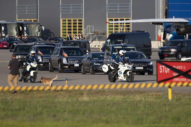 Lentokentällä oli järeät turvatoimet. Paikalla oli muun muassa lukuisia poliisiautoja ja turva-autoja.