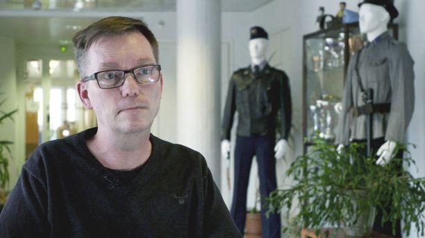 Rikosylikomisario Ilkka Piispanen taistelee työnantajaansa Oulun poliisilaitosta vastaan.