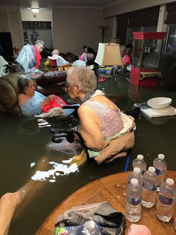 Texasissa elokuun lopussa riehunut Harvey-hurrikaani aiheutti vakavan tilanteen Dickinsonissa vanhainkodissa, jossa tulvavesi nousi nopeasti vanhuksia vyötäröön asti. Kaikki ihmiset saatiin onneksi pelastettua.