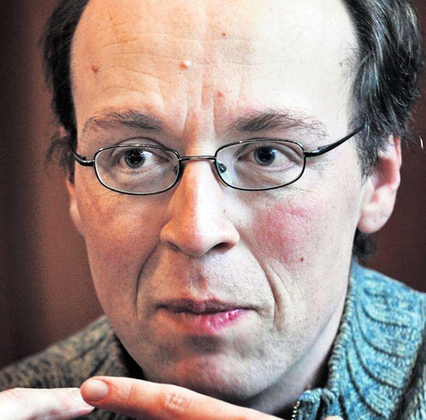 Kannattajat keräsivät Jussi Halla-Aholle kannattajakortteja.