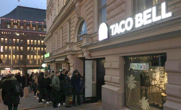 Suomen ensimmäisen Taco Bell -ravintolan avajaiset houkuttelivat torstaina satoja ihmisiä Helsingin Kalevankadulle.