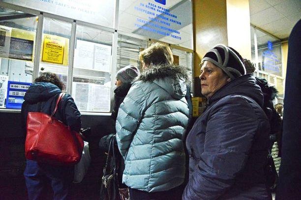 Lina toivoo saavansa lipun Odessan bussiin, jotta pääsee tapaamaan poikansa perhettä.
