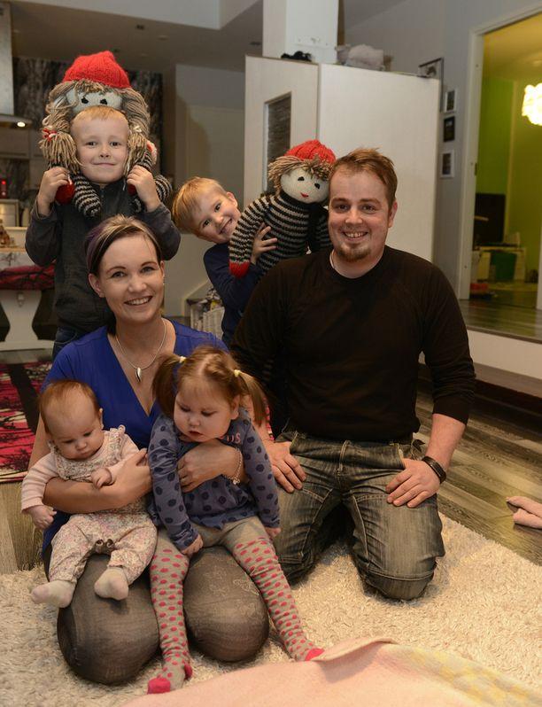 Pohjanmaalla Nurmossa asuvat Marjo ja Juha Kurhela iloitsevat lapsistaan Lucas, 7, Aksel, 4, Saaga, 2, ja Milja-vauva.
