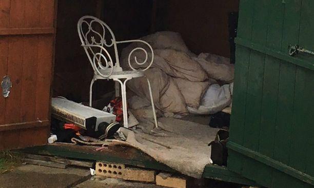 Mies asui kylmässä puuvajassa ja nukkui lattialla.