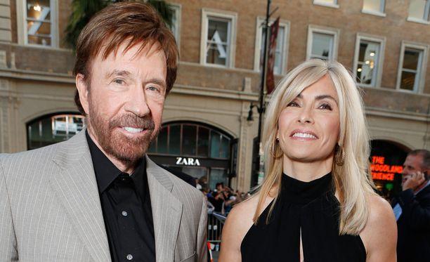 Chuck Norris ja mallipuoliso Gena O'Kelley avioituivat vuonna 1998. Kuva vuodelta 2012.