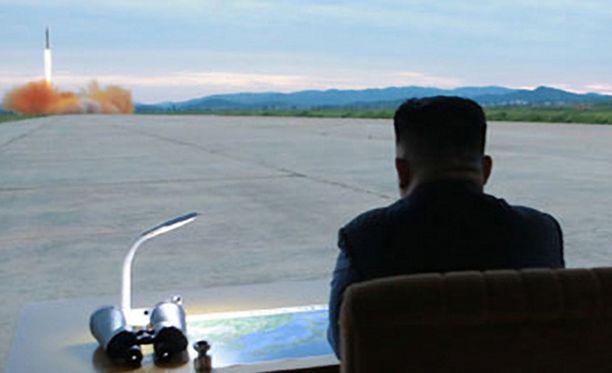 Kim Jong-un katseli ballistisen ohjuksen laukaisua viime viikon tiistaina.