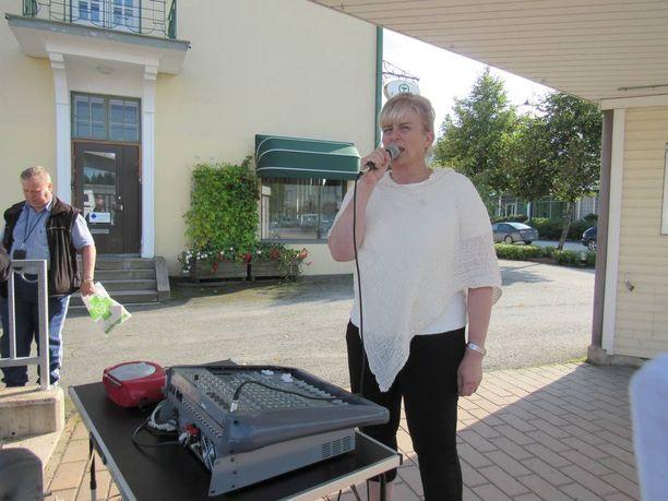 Pirkko Mattila oli mukana perussuomalaisten Pirkanmaan ministerikiertueella Parkanossa.