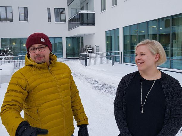 Arja-Riikka Kataja ja yrittäjäkollega . Molemmilla on hoitajakoulutus.