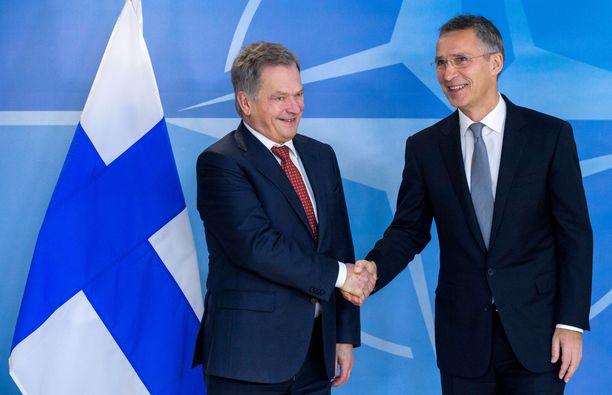 Presidentti Sauli Niinistö tapasi Naton pääsihteerin Jens Stoltenbergin vuonna 2016. Alman tutkimus kertoo, että ilman poliittisen johdon patistelua suomalaiset eivät lämpene sotilasliiton jäsenyydelle.