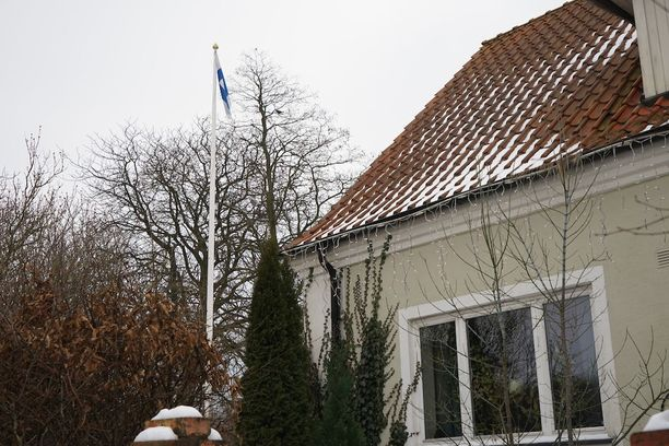 Talon pihalla Suomesta muistuttaa lipputangossa liehuva Suomen lippu.