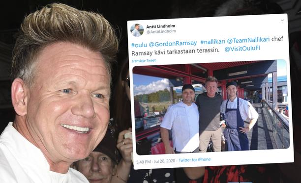 Kokki Gordon Ramsay poseeraa oululaisravintolan kokkien kanssa.