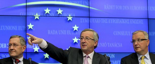 Euroopan vakautusrahaston johtaja Klaus Regling (vas.), Luxemburgin pääministeri Jean-Claude Juncker ja EU:n talouskomissaari Olli Rehn ratkovat eturivissä Irlannin kriisiä.