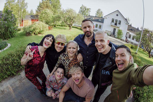 Vain elämää -ohjelmassa kuullaan tarinoita kappaleiden takaa. Tällä tuotantokaudella mukana Satulinnassa Maija Vilkkumaa, Ville Galle, Paula Vesala, Lauri Tähkä, Elastinen, Antti Tuisku, Erin ja Samu Haber.