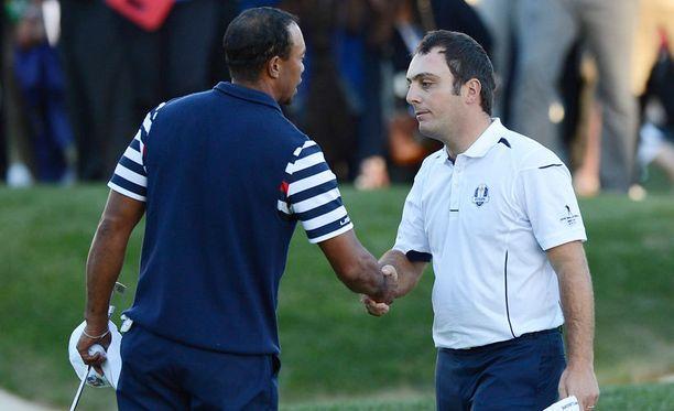 Tiger Woods tarjosi Francesco Molinarille kättään päätösviheriöllä.