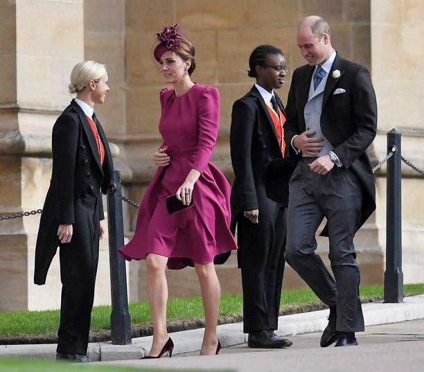 Herttuatar Catherine ja prinssi William saapuivat hymyillen kirkkoon. Kaksikon lapset osallistuvat seremoniaan. Prinssi George on sulhaspoika ja prinsessa Charlotte kukkaistyttö.