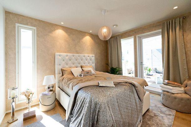 Kultaan vivahtavat sävyt, kimmellys ja laadukkaat materiaalit tekevät makuuhuoneesta kutsuvan ylellisen.