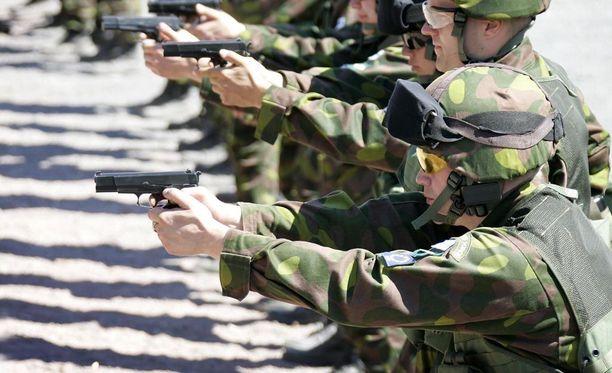 Aliupseerioppilas uhkasi varustovereitaan kahteen otteeseen pistoolillaan. Arkistokuva valmiusjoukon harjoituksista.