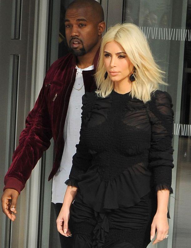Kim Kardashian ja Kanye West haluavat kipeästi toisen lapsen.