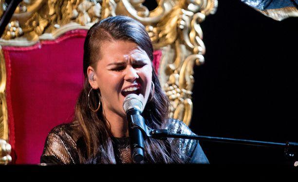 Saara Aalto tulkitsi Abba-klassikon X Factorissa.