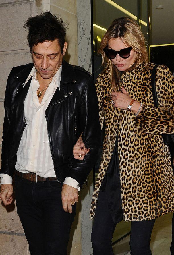 Kate ulkona miehensä rokkari Jamie Hincen kanssa.
