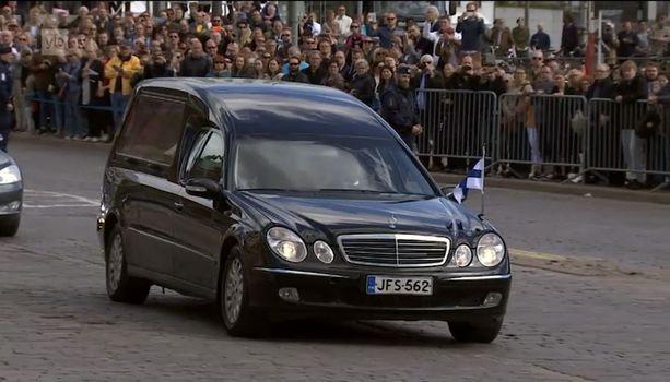Paikalle oli kerääntynyt satoja ihmisiä saattamaan presidenttiä viimeisellä matkallaan.