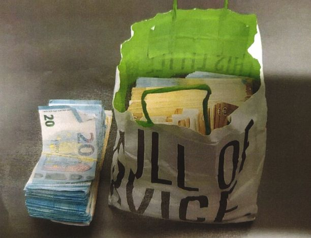 Janne Tranbergin ex-vaimo lähti tai ajautui mukaan väitettyyn huumerahan välitysoperaatioon. Poliisi takavarikoi tämän paperikassin.